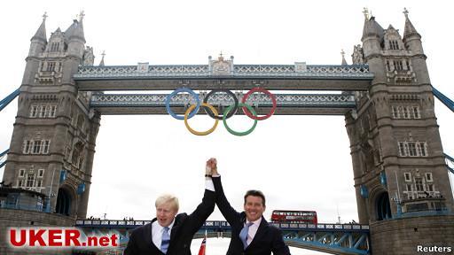 BBC 获知,超过80%的伦敦奥运会门票--大约700万张已经售出。 伦敦奥运组织者Locog 说,上个月售出了100万张,剩余的奥运门票大多数是排球、拳击、举重和篮球项目,即将向公众提供。 同时,伦敦奥组委主席塞巴斯蒂安.科勋爵(Lord Coe)出席了巨大的奥林匹克五环安置伦敦塔桥仪式。这个仪式标志着伦敦奥运开幕进入一个月倒计时。 伦敦奥运组织者说,除了足球之外,90%的奥运门票已经售出。尚有数万张来自保留应急的门票有待向公众提供。 另外,还有少量退票,包括几张决赛门票也即将在伦敦奥运门票网上出售。伦